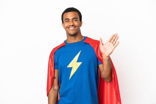 Афро-американский супергерой человек на изолированном белом фоне, салютуя рукой с счастливым выражением лица