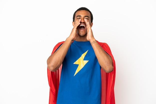 Афро-американский супергерой человек на изолированном белом фоне кричит и что-то объявляет
