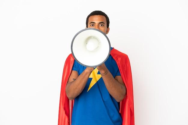 Афро-американский супергерой человек на изолированном белом фоне кричит через мегафон