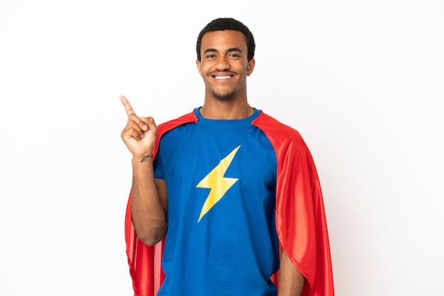 最高の兆候を示して指を持ち上げて孤立した白い背景の上のアフリカ系アメリカ人のスーパーヒーローの男