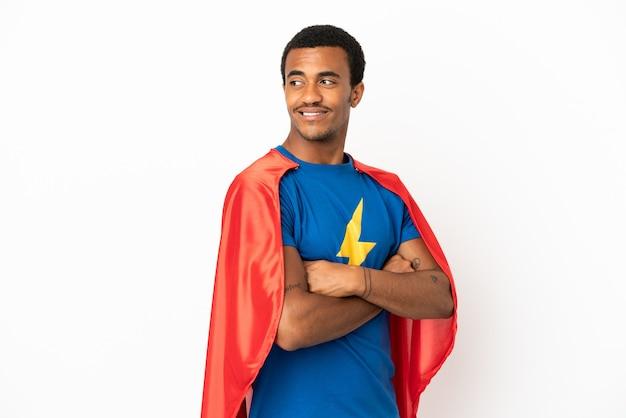 腕を組んで幸せな孤立した白い背景の上のアフリカ系アメリカ人のスーパーヒーローの男