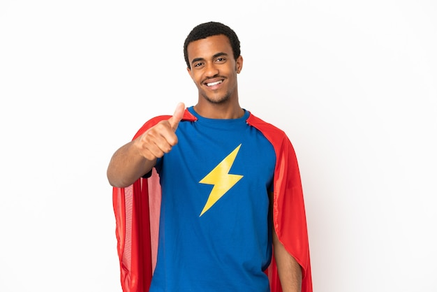 何か良いことが起こったので、親指を立てて孤立した白い背景の上のアフリカ系アメリカ人のスーパーヒーローの男
