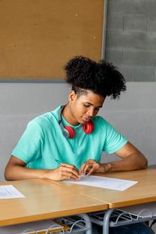 숙제 수직 교육을 하 고 교실에서 아프리카계 미국인 십 대 소년 고등학생