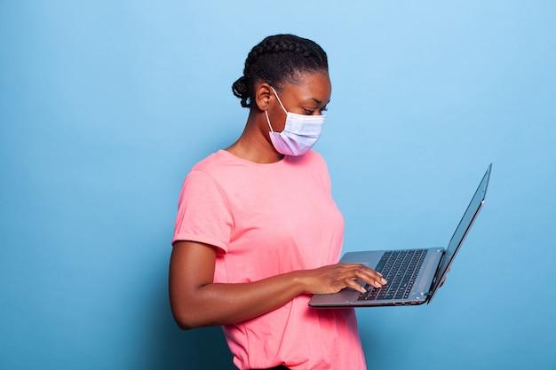 코로나바이러스에 대한 보호용 얼굴 마스크를 쓴 아프리카계 미국인 십대