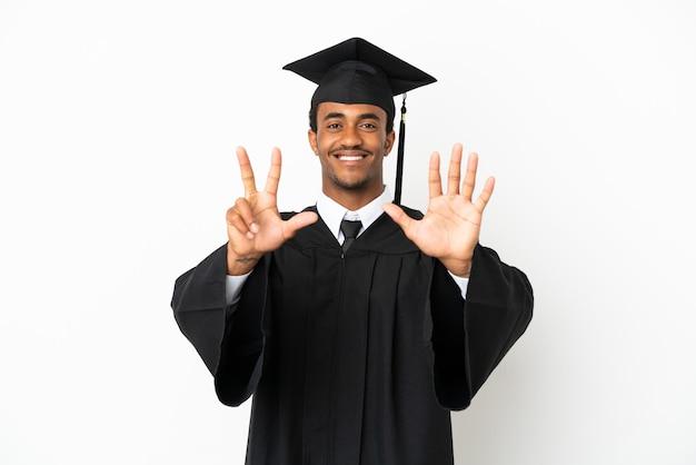 Афро-американский выпускник университета на изолированном белом фоне считает восемь пальцами