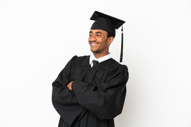 Афро-американский выпускник университета человек на изолированном белом фоне счастливы и улыбается