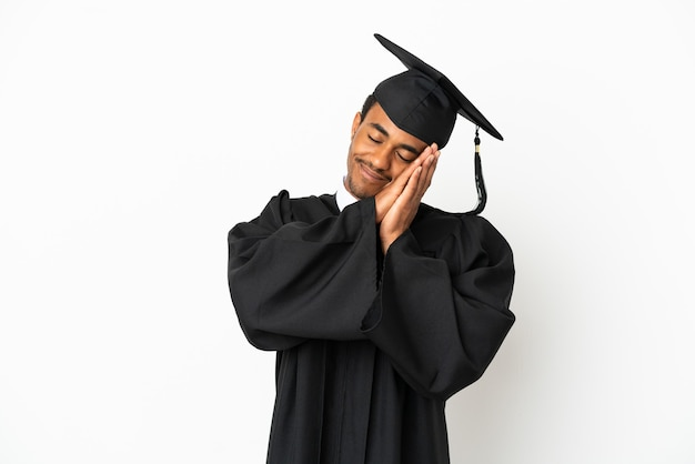 Афро-американский выпускник университета человек на изолированном белом фоне, делая жест сна в достойном выражении