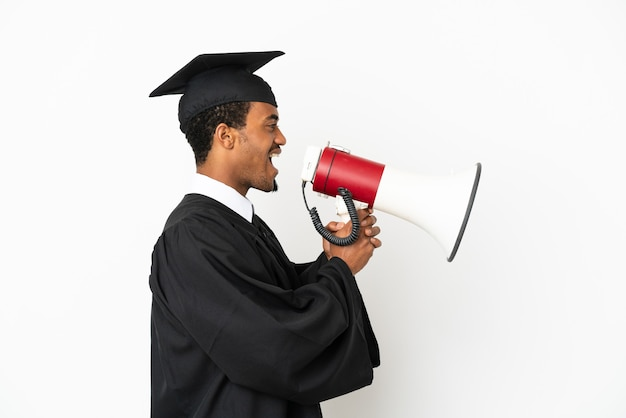 확성기를 통해 외치는 격리 된 흰색 배경 위에 아프리카 계 미국인 대학 대학원 남자