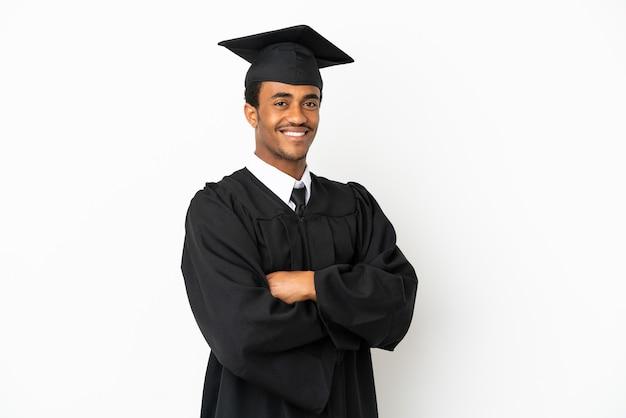 Афро-американский выпускник университета на изолированном белом фоне со скрещенными руками и нетерпением ждет