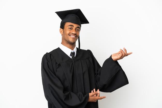 Афро-американский выпускник университета человек на изолированном белом фоне