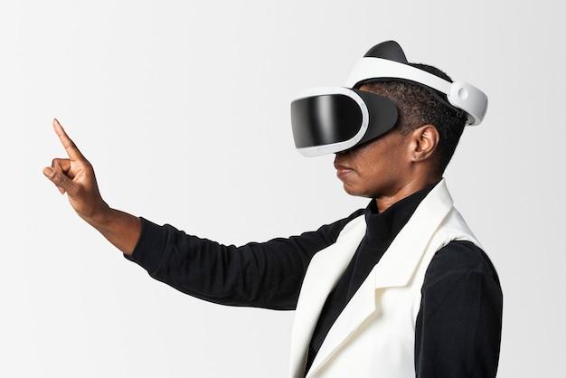 Donna afroamericana che sperimenta la simulazione di realtà virtuale