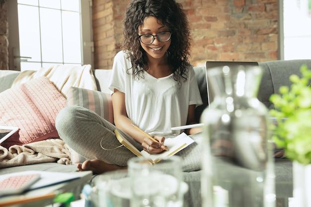 Libero professionista donna afroamericana durante il lavoro in ufficio a casa