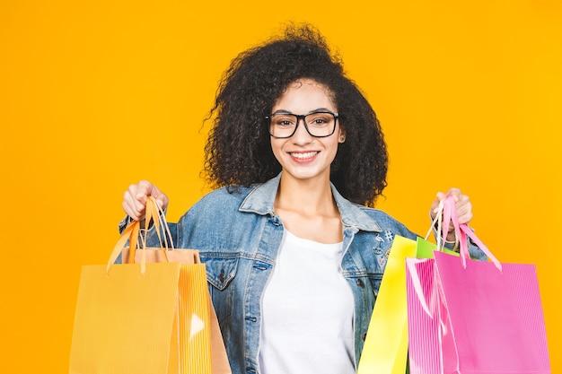 買い物袋を保持しているアフリカ系アメリカ人の女性