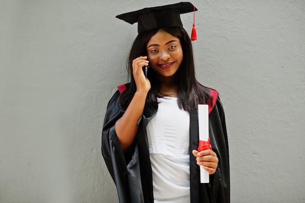 卒業時に黒いローブを着たアフリカ系アメリカ人の女性
