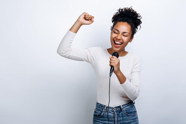 白いブラウスの歌でアフリカ系アメリカ人の女性