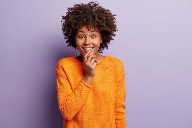 주황색 점퍼에 아프리카 계 미국인 여자
