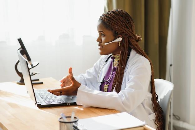 Афроамериканка работает в больнице.