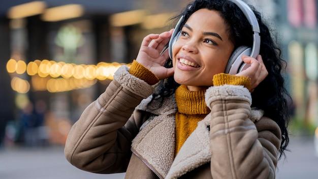 音楽を聴いているアフリカ系アメリカ人の女性
