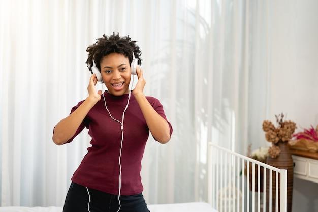 音楽を聴くアフリカ系アメリカ人の女性