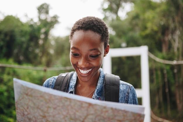 Афроамериканец женщина смотрит на карту