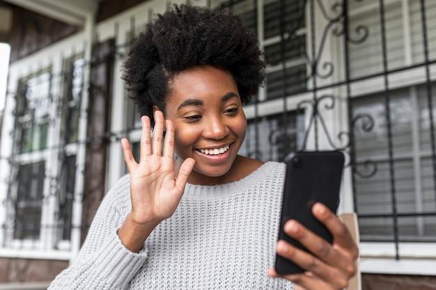 영상 통화를하는 아프리카 계 미국인 여자
