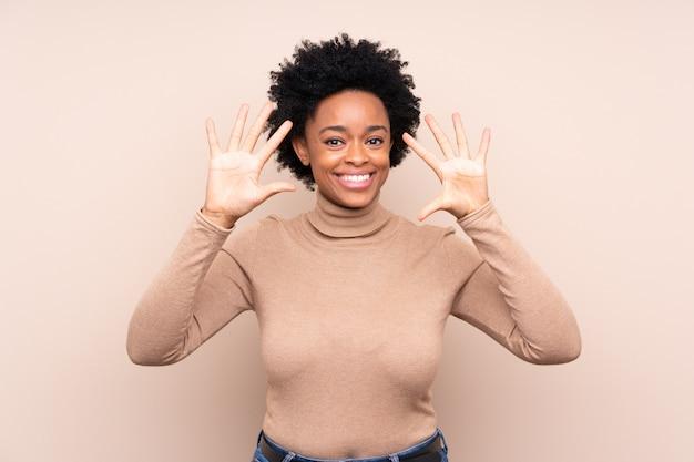 Афро-американская женщина над бежевой стеной