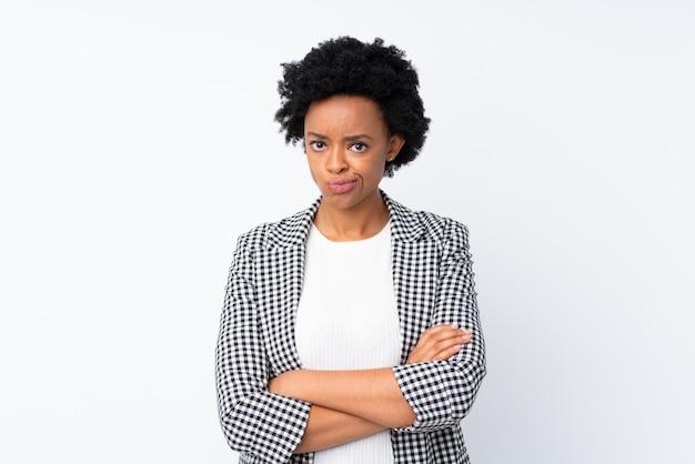 白い壁にアフリカ系アメリカ人の女性