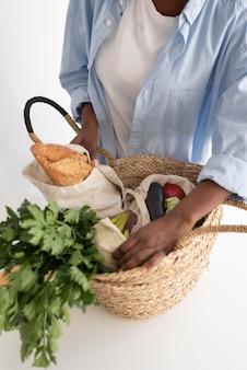 Donna afroamericana che ricicla per un ambiente migliore