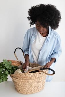 더 나은 환경을 위해 재활용하는 아프리카 계 미국인 여자