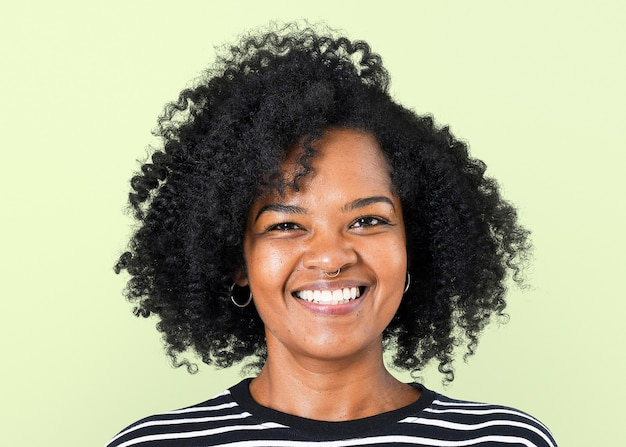 Donna afroamericana sorridente mockup psd espressione allegra cl