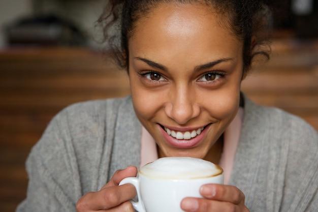 アフリカ、アメリカ人、女、微笑、コーヒー、カップ