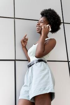 Donna afroamericana che parla con qualcuno sul suo smartphone