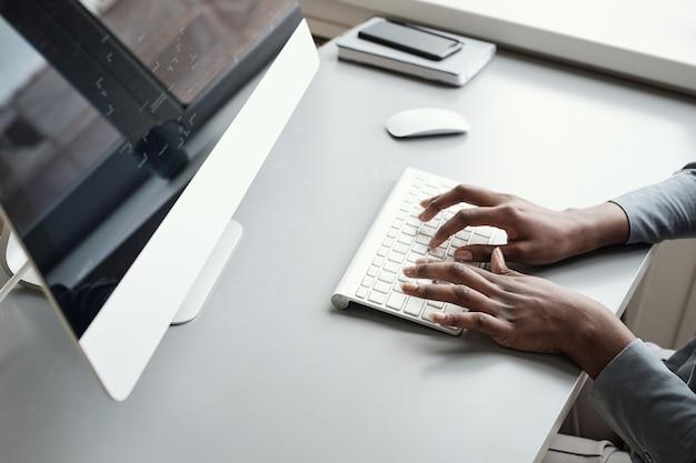 Афро-американская женщина печатает