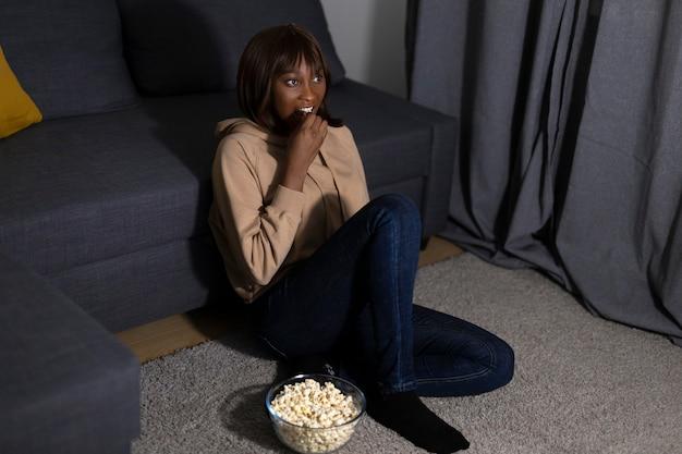 Афро-американская женщина смотрит netflix дома