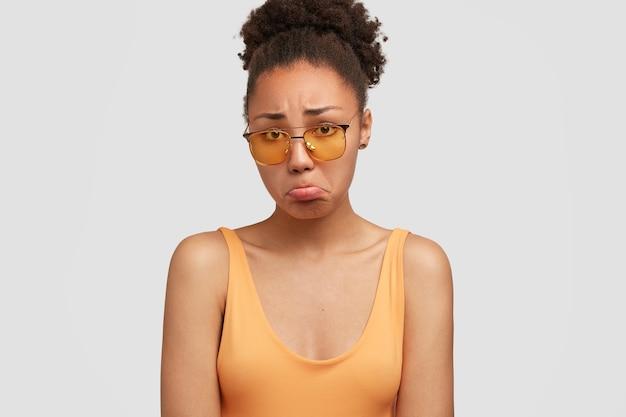 色のサングラスをかけているアフリカ系アメリカ人の女性