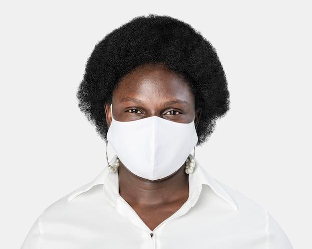 Donna afroamericana che indossa una maschera facciale durante la nuova normalità
