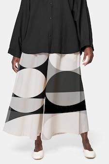 幾何学模様のキュロットパンツを着ているアフリカ系アメリカ人の女性