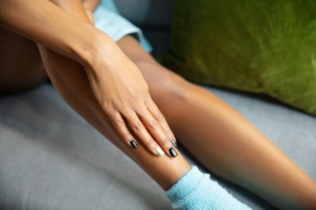 Афро-американская женщина в полотенце делает ежедневный уход за кожей дома.