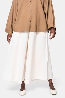 白いキュロットパンツを着ているアフリカ系アメリカ人の女性