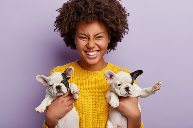 Афро-американская женщина в желтом свитере с щенками