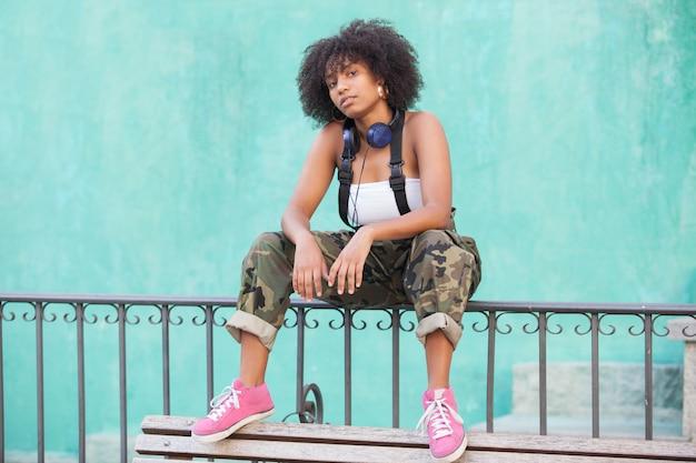 大きなヘッドフォンでアフリカ系アメリカ人の女性