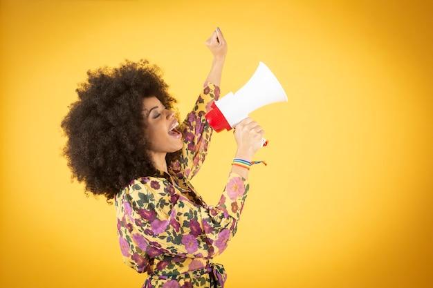 타블로이드 뉴스, 매장 할인을 발표하는 확성기와 아프리카 계 미국인 여자