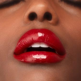 赤い唇を持つアフリカ系アメリカ人の女性