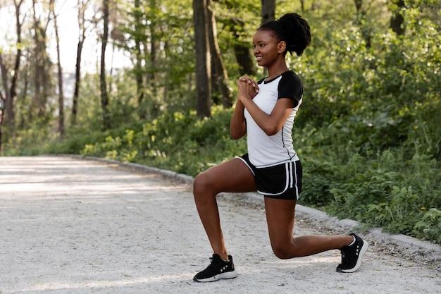 屋外で運動するアフリカ系アメリカ人の女性