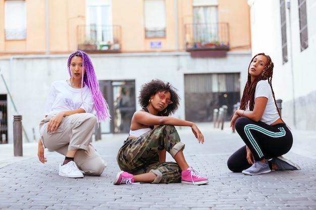 都会的なスタイルのアフリカ系アメリカ人の女性