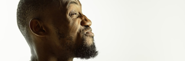 アフリカ系アメリカ人の若い男のクローズアップスタジオの背景にショット