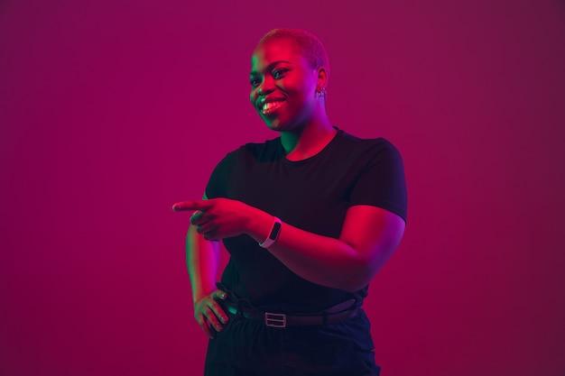 네온에 보라색 분홍색에 아프리카계 미국인 젊은 여성의 초상화