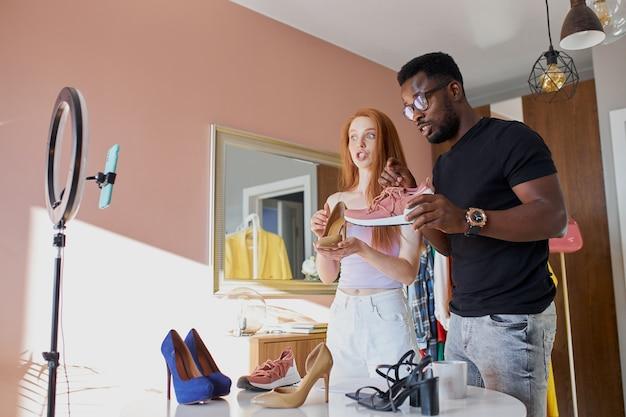 아프리카와 백인 패션 블로거가 집에서 온라인으로 방송