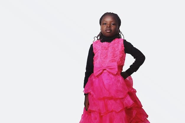 Африканская девочка с рукой на плечах выглядит равнодушно