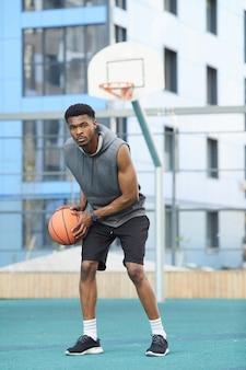 裁判所のアフリカのバスケットボール選手